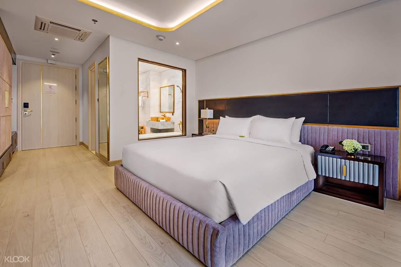 Phòng khách sạn được trang bị nội thất hiện đại, với cơ sở vật chất được dát vàng